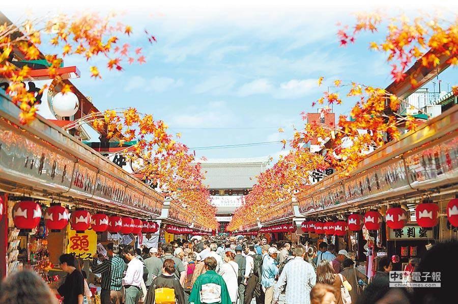 日本為國人最愛旅遊的國家之一。圖為遊客在淺草寺參觀。(新華社資料照片)