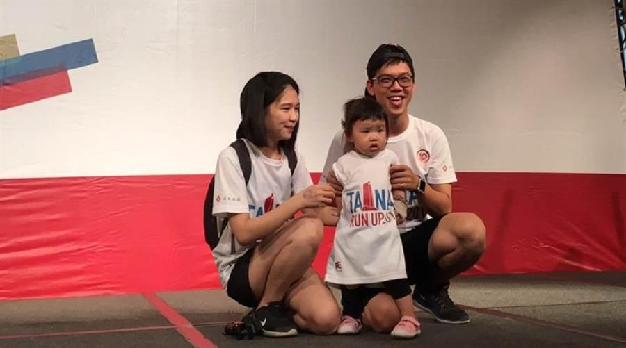 才1歲4個月的葉小朋友成為年紀最小的登高選手。(香格里拉飯店提供)