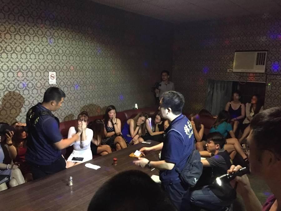 台南市專勤隊日前破獲一起「假觀光、真陪侍」案件,查獲15名持觀光簽證來台的越籍女子在小吃部陪酒。(翻攝照片)