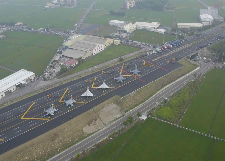 彰化戰備跑道12年前也曾進行戰機起降演練。(謝瓊雲翻攝)