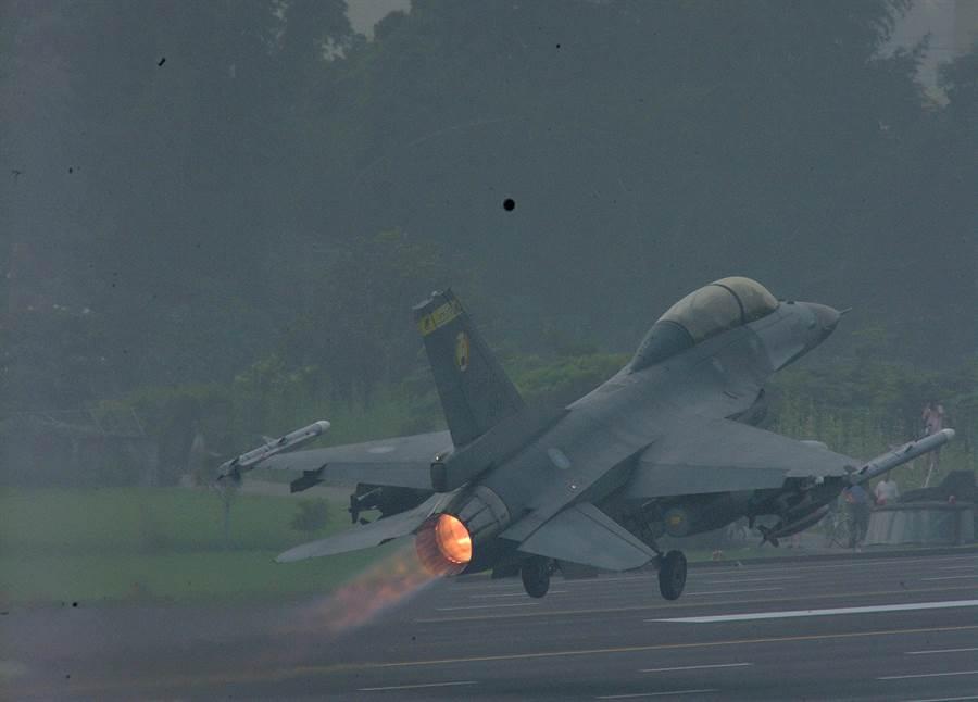 彰化戰備跑道28日將配合漢光35號演習進行戰機起降演練,屆時將有大批軍事迷前來爭睹搶拍戰機。(謝瓊雲翻攝)