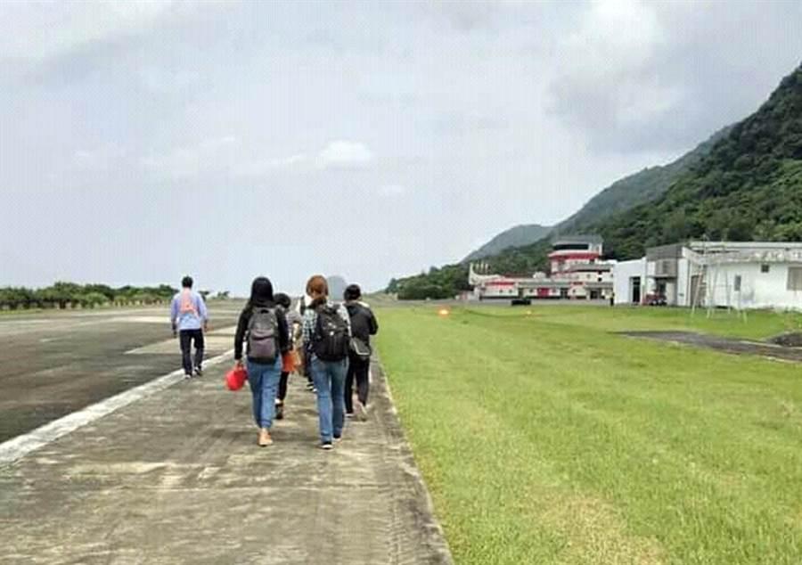 飛蘭嶼小飛機故障停擺,旅客從機場跑道步行到航空站。(Saya提供)