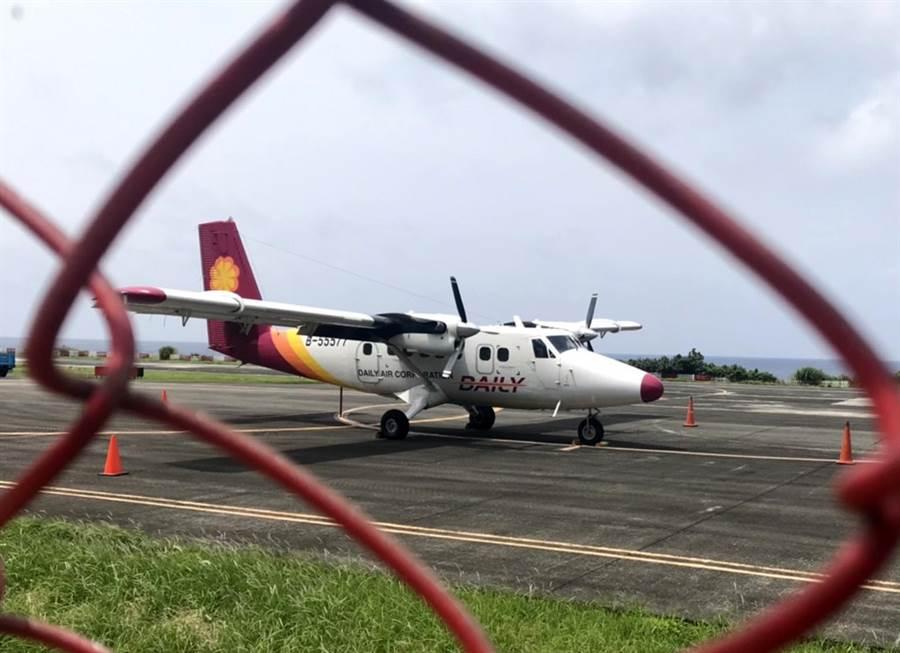 故障停擺的小飛機,被推回停機坪上。(蘭嶼隊長提供)