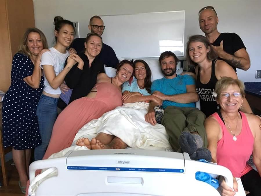愛勒獲救後與家人在醫院的合照。(圖/路透社)