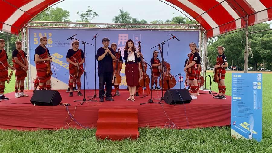 南投縣衛生局反菸園遊會,邀請親愛愛樂樂團演出。(廖志晃攝)