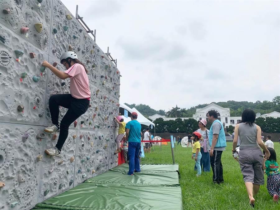 南投縣衛生局反菸園遊會,規畫攀岩體驗區。(廖志晃攝)