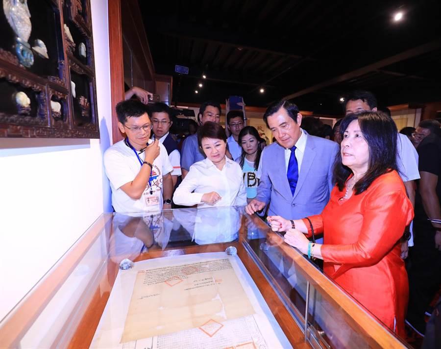 在明台高中董事長林芳媖(右起)帶領下,前總統馬英九、台中市長盧秀燕參觀台中第一座私人博物館。(林欣儀攝)