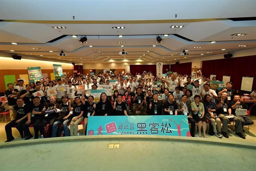 總統府副秘書長施克和(中間右)與行政院數位政委唐鳳(中間左)為總統盃黑客松20團隊加油。(圖:資策會提供)