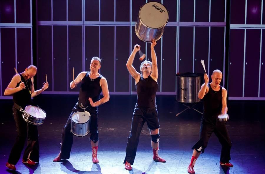 自街頭表演起家的荷蘭皮可沙打擊樂團,練就一身好功夫,除了正規樂器,隨手可得的物品,都是演奏的可能。(擊樂文教基金會提供)