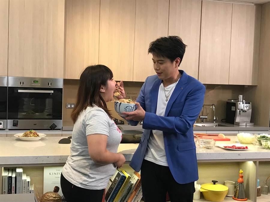 李易親餵粉絲他做的料理。(林淑娟攝)