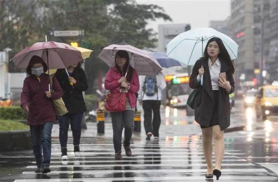 要變天了!一張圖看全台有雨,週二北台灣天氣轉涼,最低溫下探19°C。(資料照)