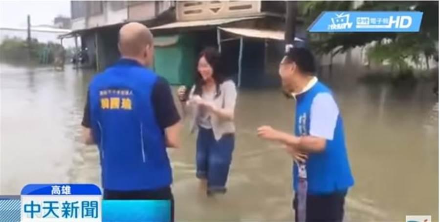 韓青(中)陪老爸韓國瑜(左)勘災涉水影片曝光。(翻攝中天新聞)