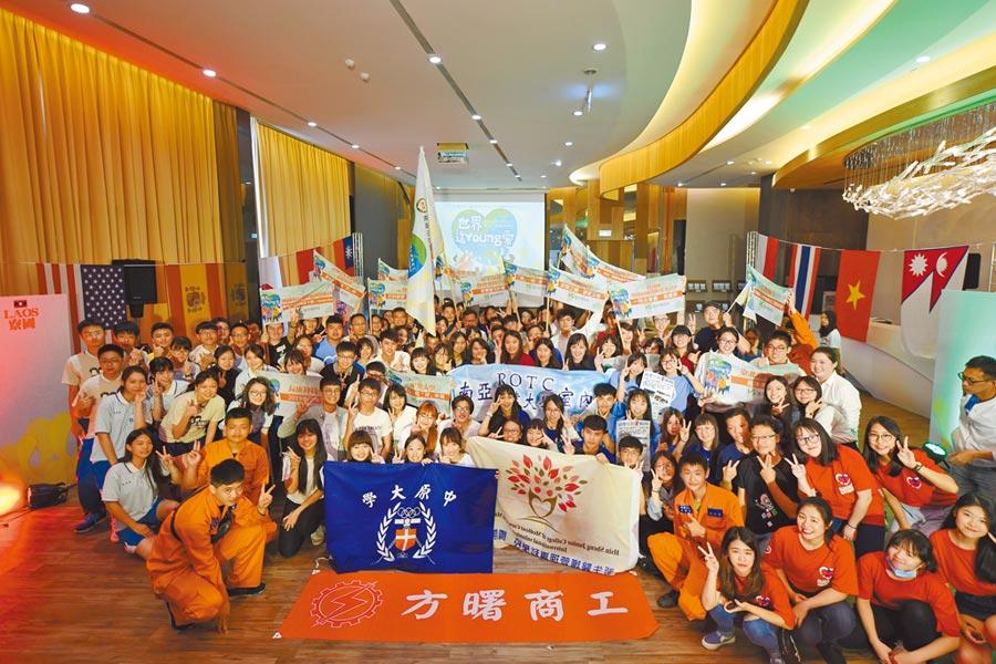 來自各校的21組國際志工團隊,25日在興光堡壘授旗熱血出發。(甘嘉雯攝)
