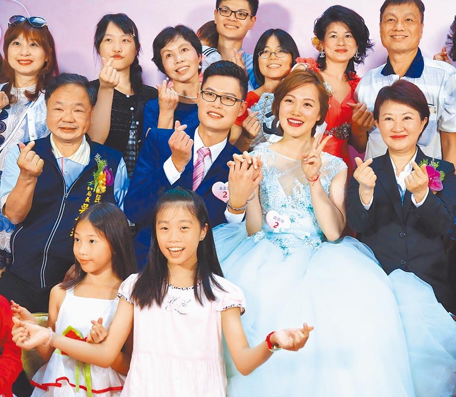 台中市府民政局25日舉辦今年首場台中市市民暨公教人員聯合婚禮,共50對新人甜蜜走上紅毯。(盧金足攝)