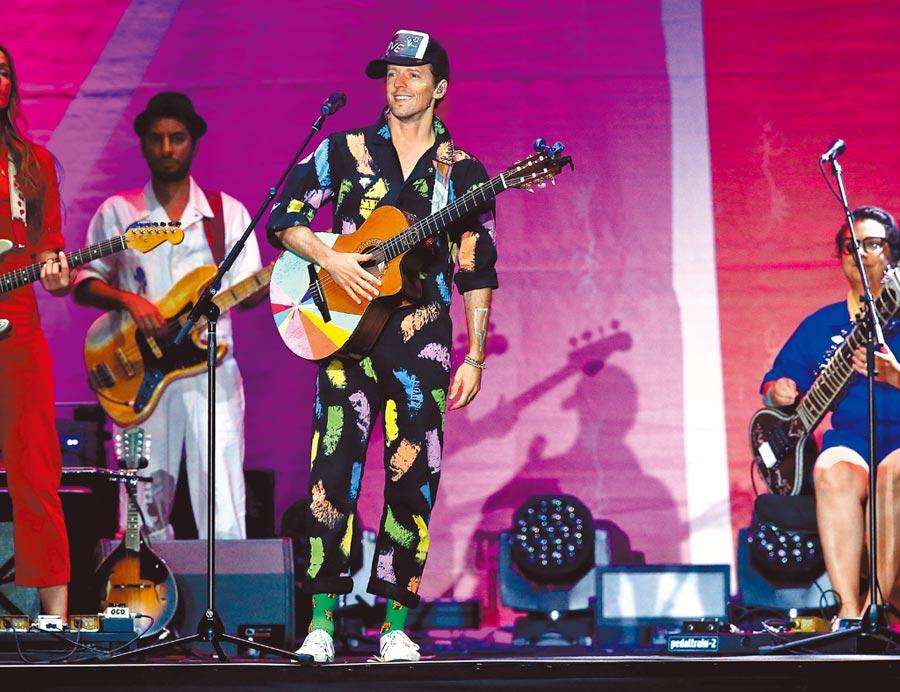 傑森瑪耶茲在小巨蛋開唱,頻頻以中文問候台下歌迷。(粘耿豪攝)