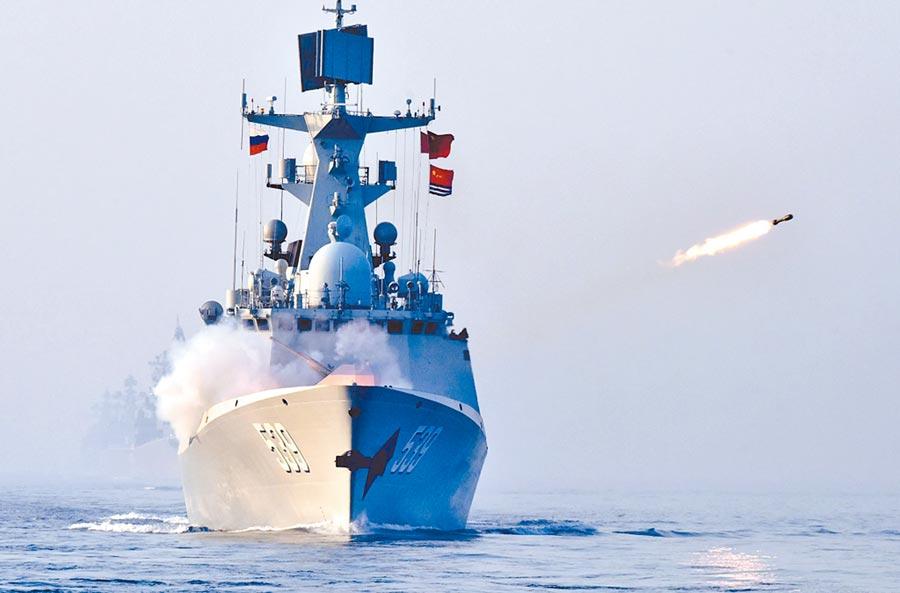 5月3日,一艘大陸海軍飛彈護衛艦在聯合反潛科目中實施反潛火箭發射。(新華社)