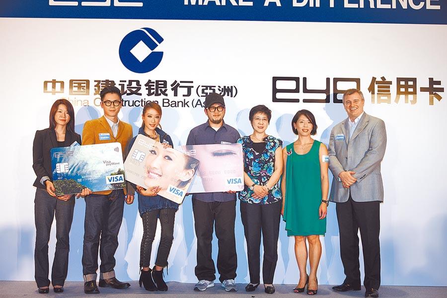 陸媒稱中國建設銀行參與恒丰銀行資訊科技相關的管理決策,圖為建行信用卡發布會。(新華社)