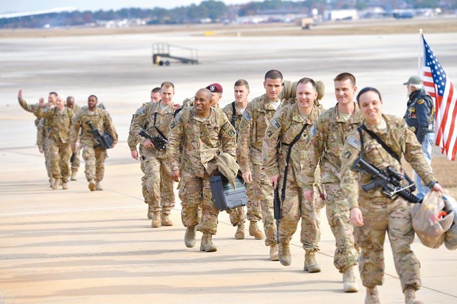 美軍空降兵在美國北卡羅來納州布拉格堡陸軍基地。(新華社資料照片)