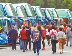 不滿裝GPS監控 業者動員50輛遊覽車包圍交通部