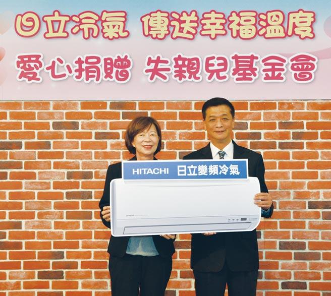 台灣日立江森自控空調設備販賣公司總經理羅淮正(右)捐贈空調設備,由失親兒基金會執行長馮玉玲(左)代表接受。圖/業者提供
