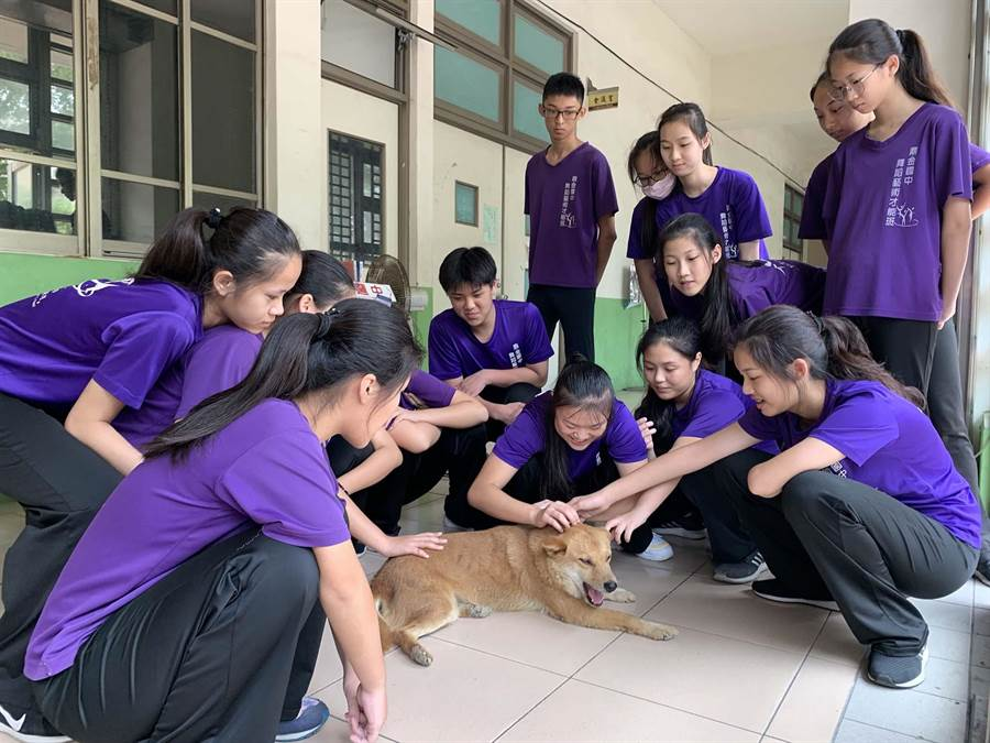 高雄市鼎金國中舞蹈班學生,特別喜歡與校犬「琪琪」玩在一塊兒。(柯宗緯攝)