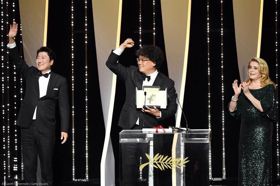 奉俊昊和宋康昊一起上台授獎。(坎城影展官方臉書)