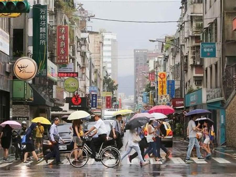 鋒面接近降雨機率增,氣象局發布大雨特報(資料照)