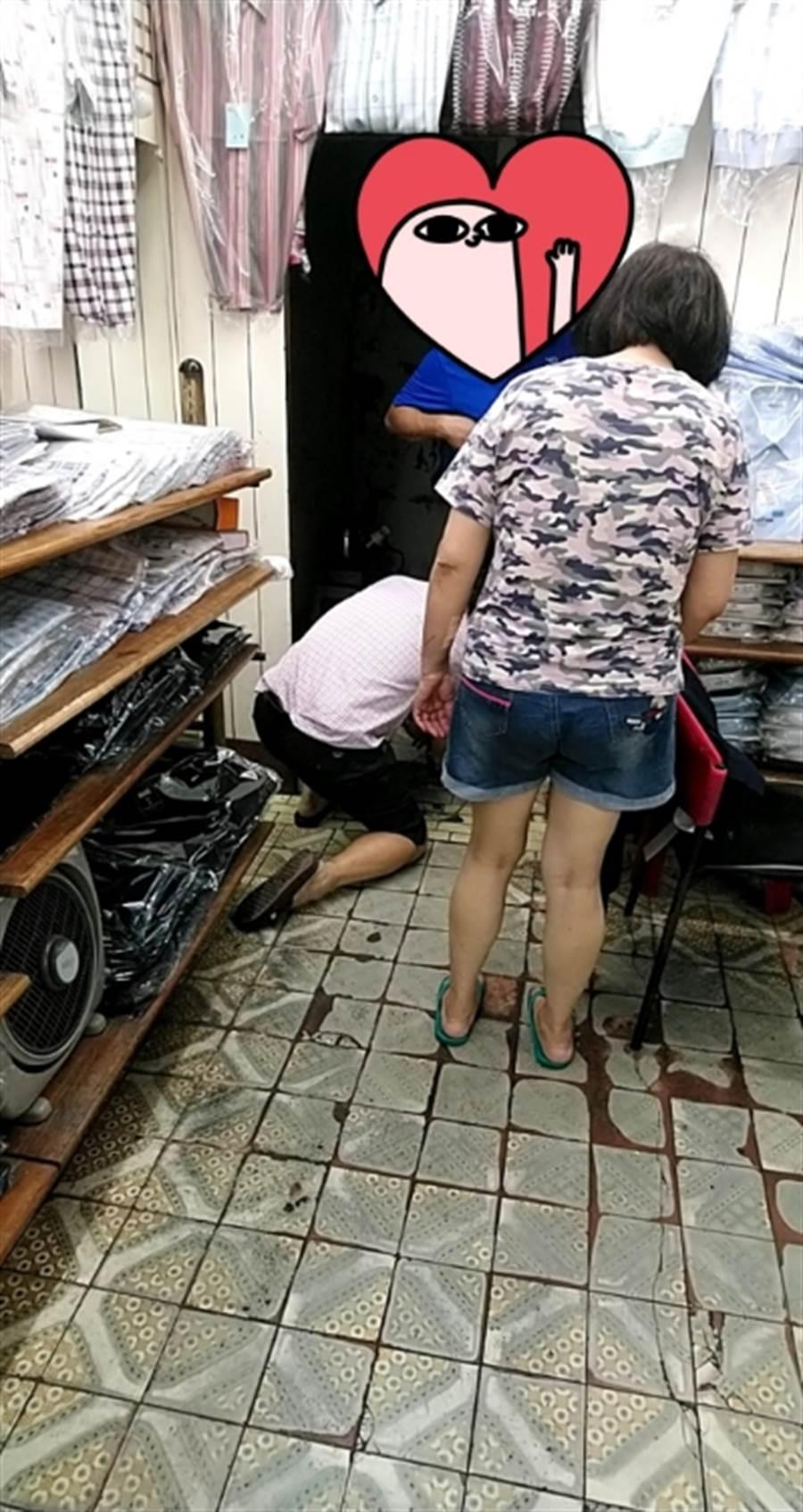 南投一家西服老店,網友拍下老闆直接跪地幫客人丈量褲長。(圖/翻攝Dcard)