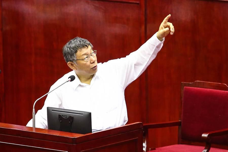 台北市長柯文哲日前在市議會罵民進黨市議員王世堅「垃圾(台語)」,藍綠議員皆要求致歉,否則27日的專案報告將杯葛到底。柯文哲在報告前,向市議會口頭道歉,表示會改進。(鄧博仁攝)