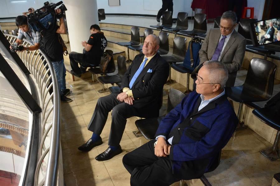 前AIT台北辦事處處長包道格(左)在高市議會旁聽席,觀察高雄市長韓國瑜答詢狀況。(林宏聰攝)