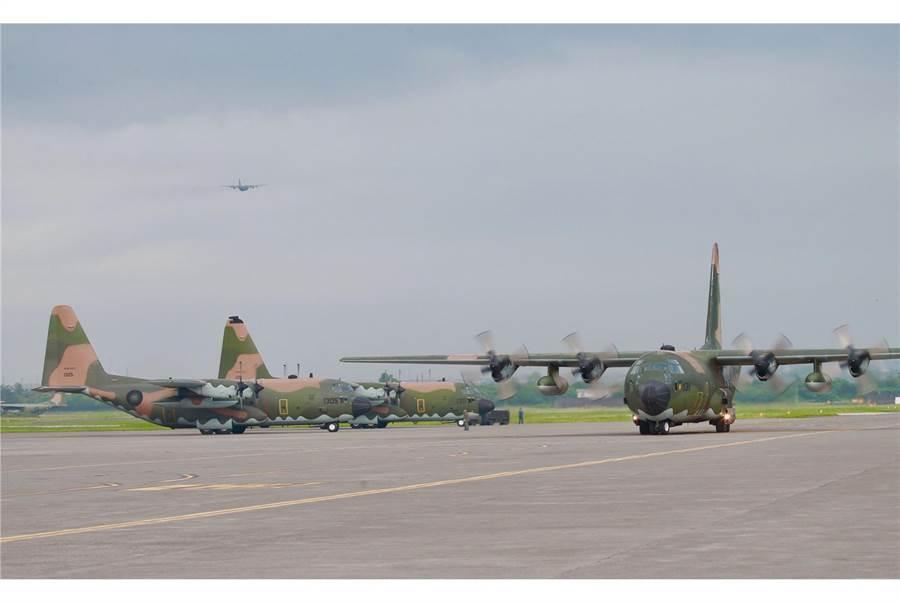 屏東基地曾發現綠鬣蜥出現在跑道上,恐影響飛安。〈國防部提供〉