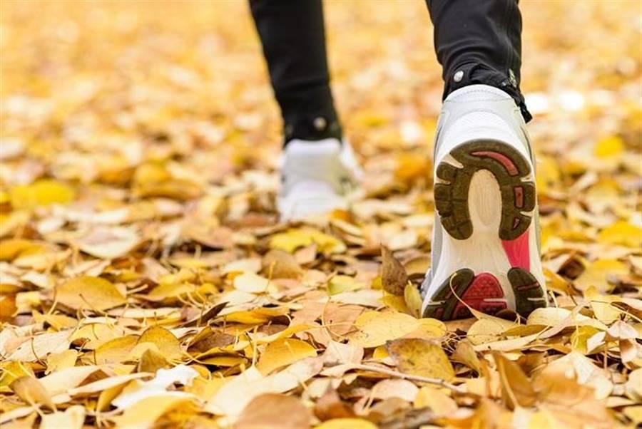 走路預防失智症 日研究:「走路步伐寬、速度略快」2件事是關鍵。(達志)