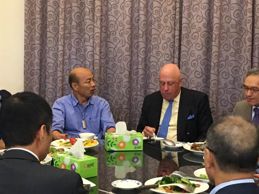 前AIT台北辦事處處長包道格(右)27日中午拜會高雄市長韓國瑜,倆人共進午餐。(高雄市議會提供)