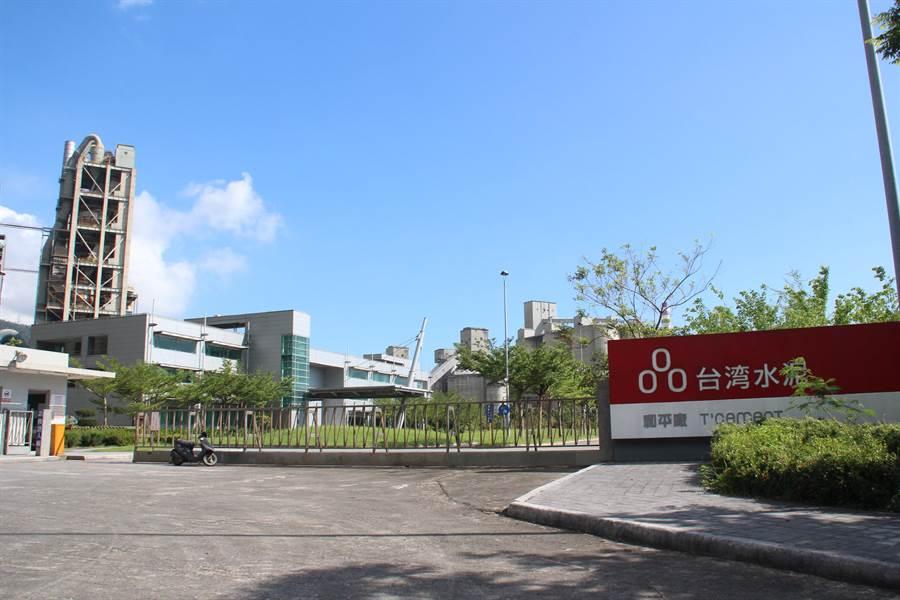 花莲县政府日前公布台泥水泥窑代烧通过评选审查,预计下月举办公听会。