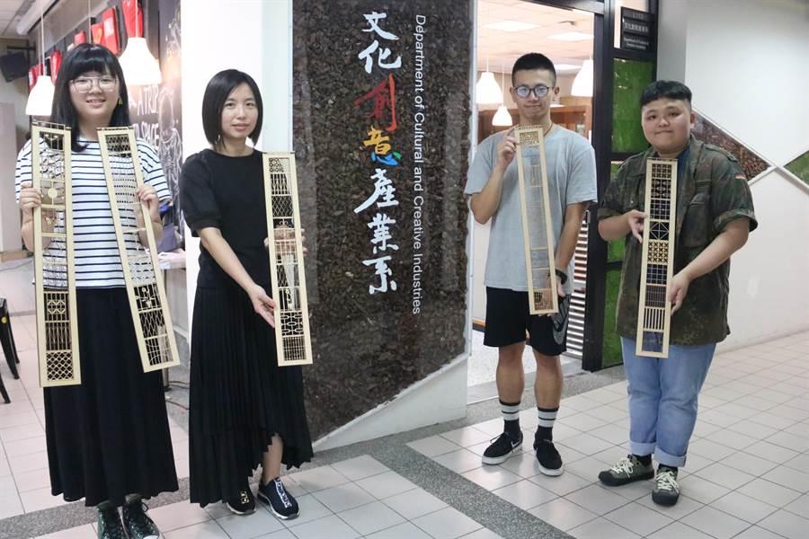 弘光科大學生在系主任涂卉指導下(左二),以梧棲老街鐵窗花開發文創品獲文資特別獎。(陳淑娥攝)
