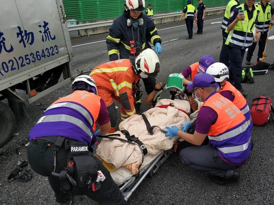 国道2号大园路段3车连环撞,物流车驾驶救出时已无呼吸心跳。