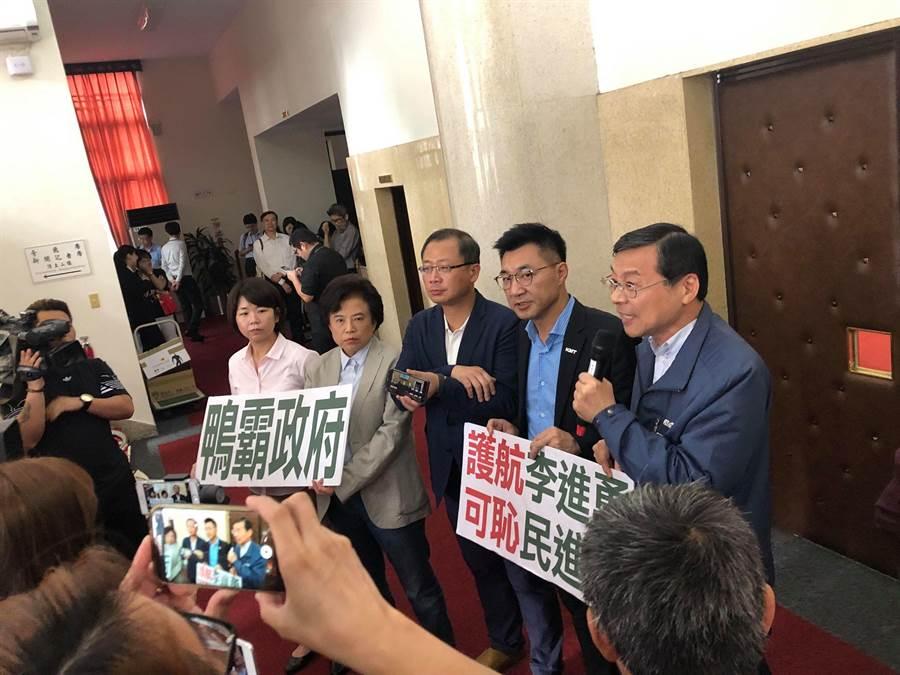 議場被民進黨提早佔領,藍委(右起)曾銘宗、江啟臣、吳志揚、沈智慧、林麗蟬到場抗議。(周毓翔攝)