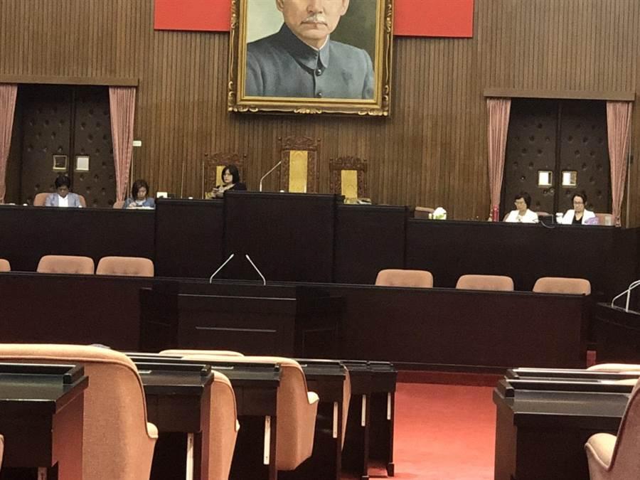 民進黨立委被抓包提早闖入議場佔領主席台。(國民黨團提供)