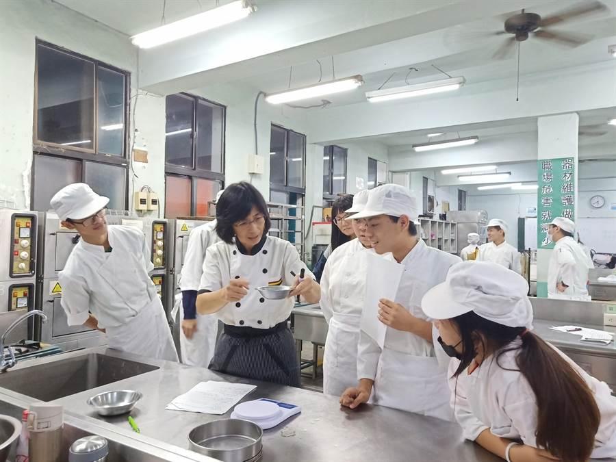 花蓮上騰工商為提供學生就業能力,在校內打造中餐、飛機修護等6項檢定考場。(張祈翻攝)