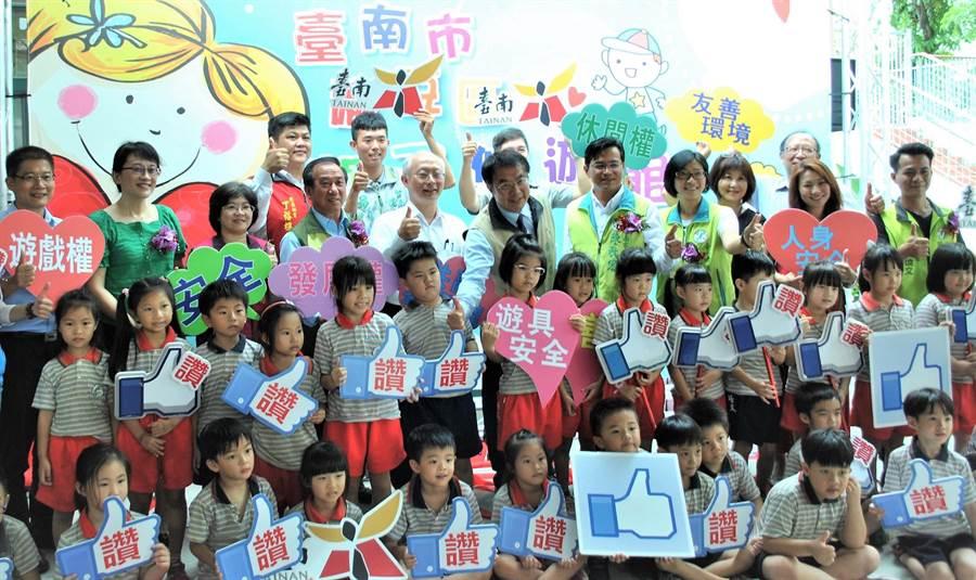 台南市社會局、教育局跨局處合作,盤點閒置空間,設置親子悠遊館,讓孩子們有「放電」去處,麻豆培文國小因少子化騰出的2間教室,也改建為第7處,27日啟用。(莊曜聰攝)