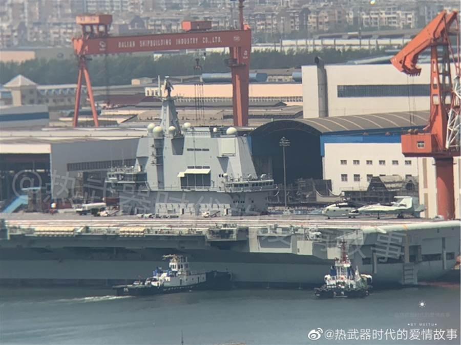 大陸國產航母第6次海試,甲板上仍有艦載機模型。(圖/微博@熱武器時代的愛情故事)