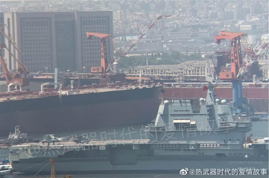 大陸國產航母海試時甲板上也有艦載直升機模型。(圖/微博@熱武器時代的愛情故事)