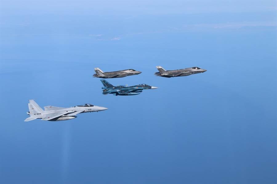 美國駐日岩國基地的美軍與日本三澤基地的F-35及F-16、F-15進行聯合演訓。(圖/日本航空自衛隊)