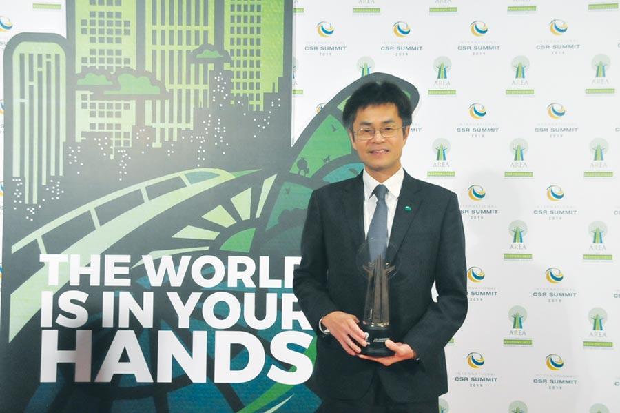 國泰人壽副總經理吳總慰代表國泰金控領取2019年「亞洲企業社會責任獎」。圖/公司提供