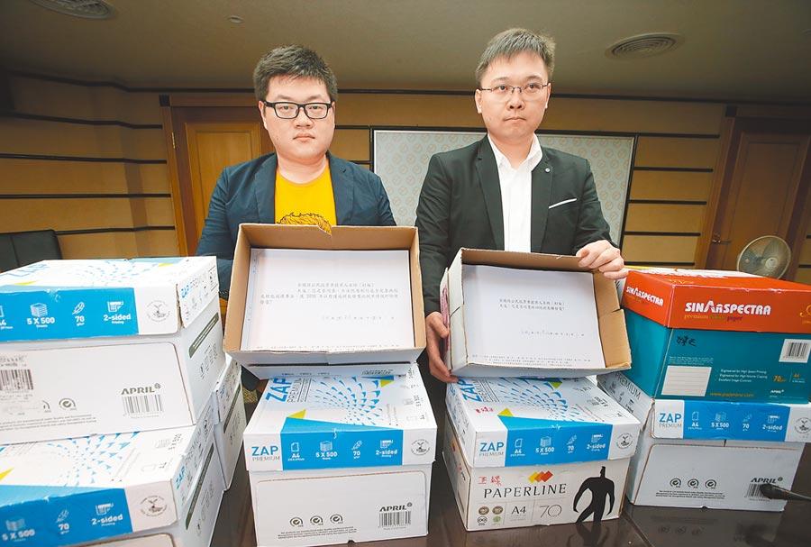以核養綠公投領銜人黃士修(右)和「核能減煤」公投提案人廖彥朋(左)。(本報資料照片)