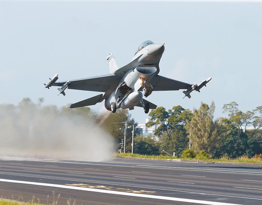 圖為2014年漢光30號嘉義民雄戰備跑道起降演習16日舉行,F-16完成整補後以全馬力升空。(本報資料照片)