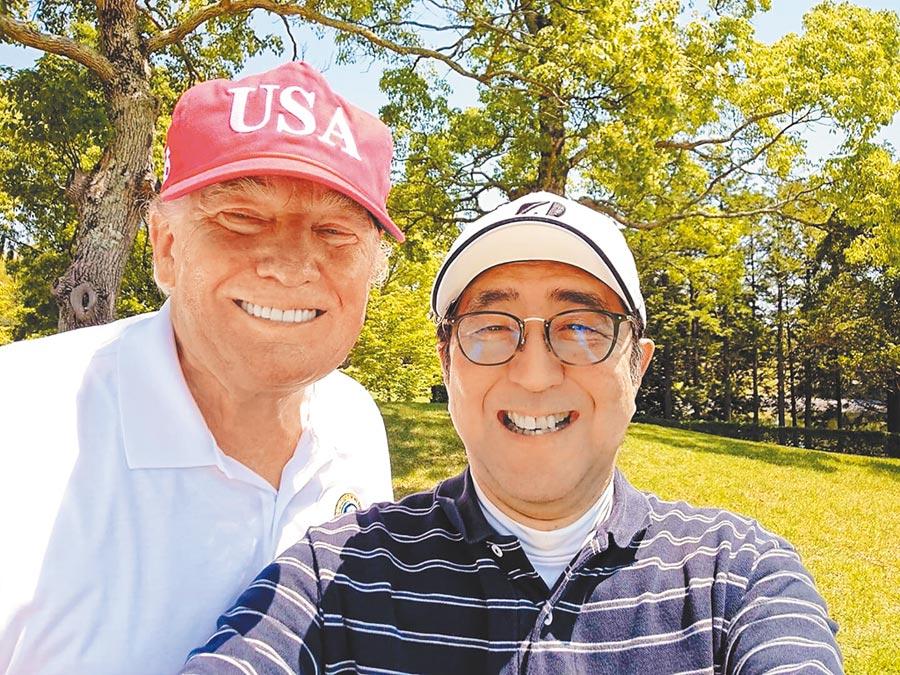在日本訪問的美國總統川普,昨和日相安倍晉三在千葉縣的茂原鄉村俱樂部打小白球同樂。安倍以手機拍下兩人合照,並上傳個人推特,鏡頭前兩人都咧嘴笑開懷。(法新社)
