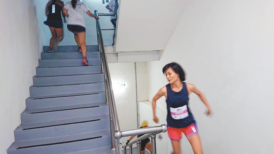 登高賽選手需爬40層樓共897階樓梯。(程炳璋攝)