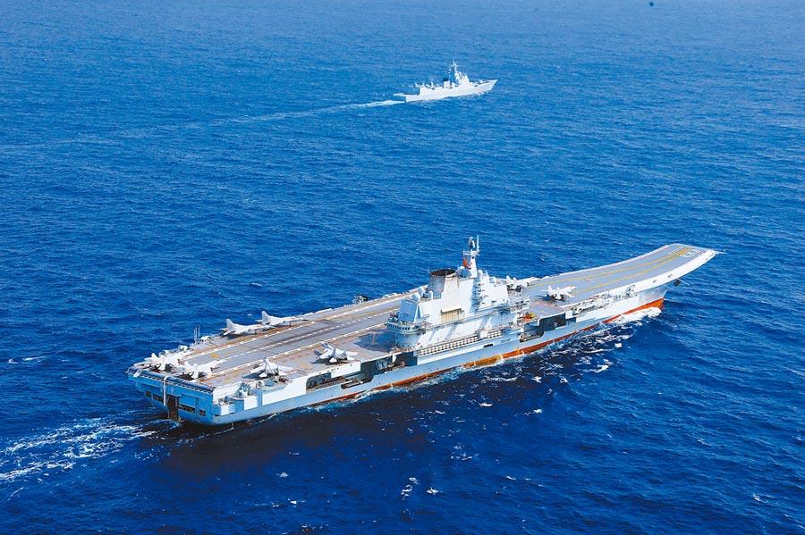 2018年4月18日,遼寧艦完成遠海實兵對抗訓練,返回青島航母軍港。(中新社)