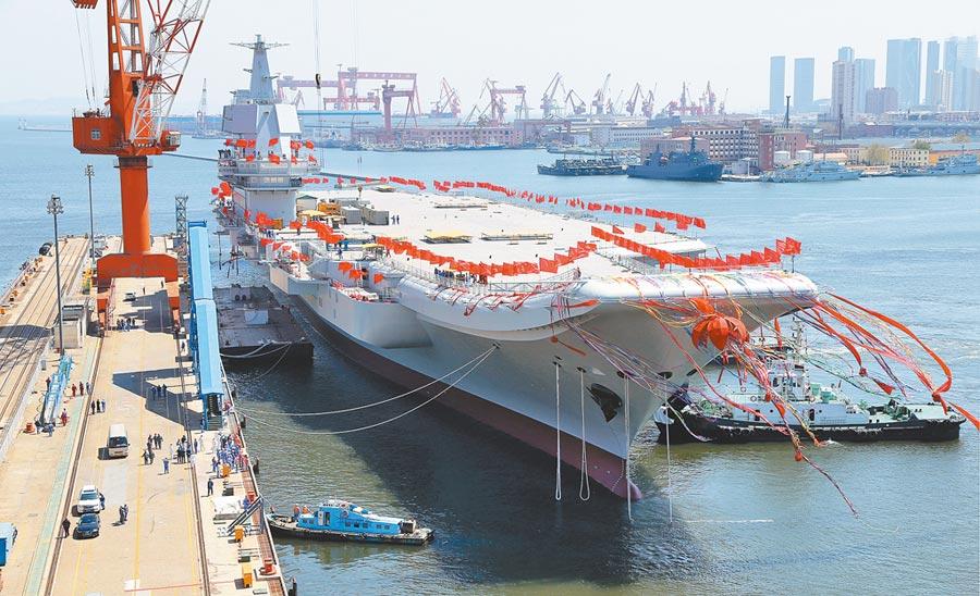 2017年4月26日,大陸第二艘航母在大連造船廠碼頭下水。(新華社)